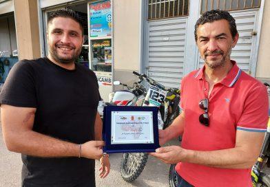 """Sostegno logistico al decimo Enduro dei Castelli, il moto club """"Fuorigiri"""" ringrazia la DLF Nissa Rugby con una targa"""